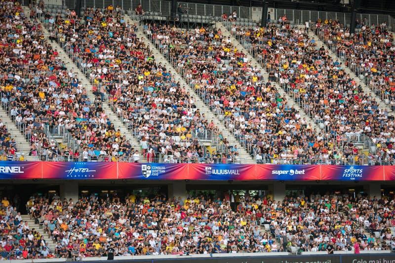 Muchedumbre de aficionados al fútbol en la tribuna foto de archivo