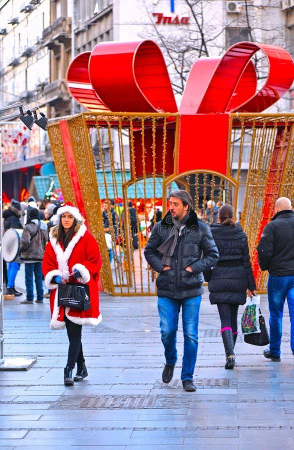 Muchedumbre de BELGRADO, SERBIA de gente y de decoraciones de la Navidad en la calle y Santa Claus de Knez Mihailova El s más fam fotos de archivo