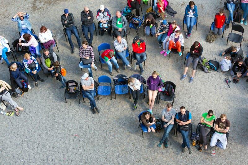 Muchedumbre de competencias de observación de la escalada de la audiencia fotografía de archivo