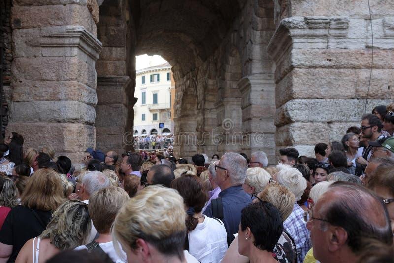 Muchedumbre de espectadores cerca de la arena de la entrada de Verona imágenes de archivo libres de regalías