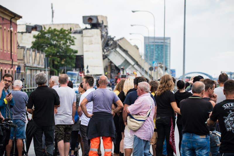 Muchedumbre de gente delante del puente de Morandi en Génova, Italia imágenes de archivo libres de regalías
