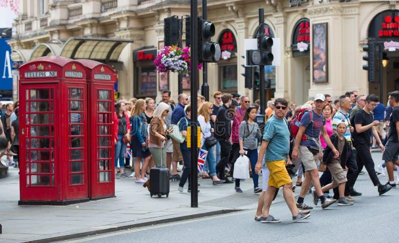 Muchedumbre de gente en la calle regente Los turistas, los compradores y los hombres de negocios acometen tiempo fotos de archivo