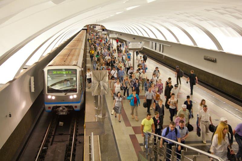 Muchedumbre de gente en la plataforma en la hora punta; Estación de metro de Mitino fotografía de archivo