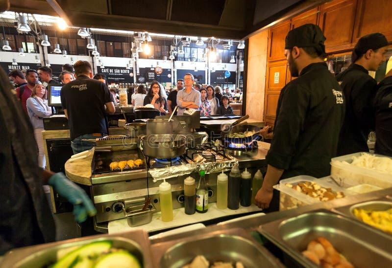 Muchedumbre de gente hambrienta en el mercado del Time Out, zona de restaurantes rápida popular en lugar enorme fotos de archivo