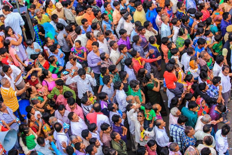 Muchedumbre de gente para ver a dios en un carro
