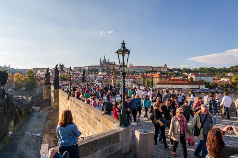 Muchedumbre de gente que camina en el puente famoso de Charles en Praga fotografía de archivo