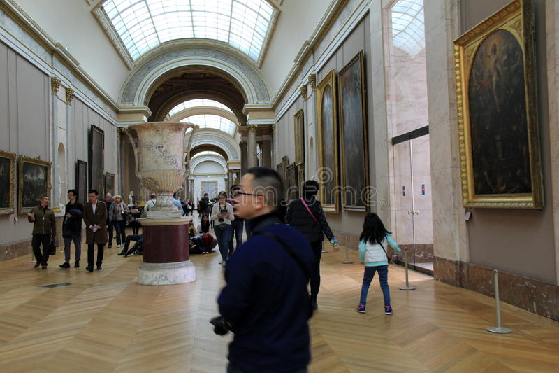 Muchedumbre de gente que vaga con vestíbulos, admirando obras maestras, el Louvre, París, Francia, 2016 imagen de archivo