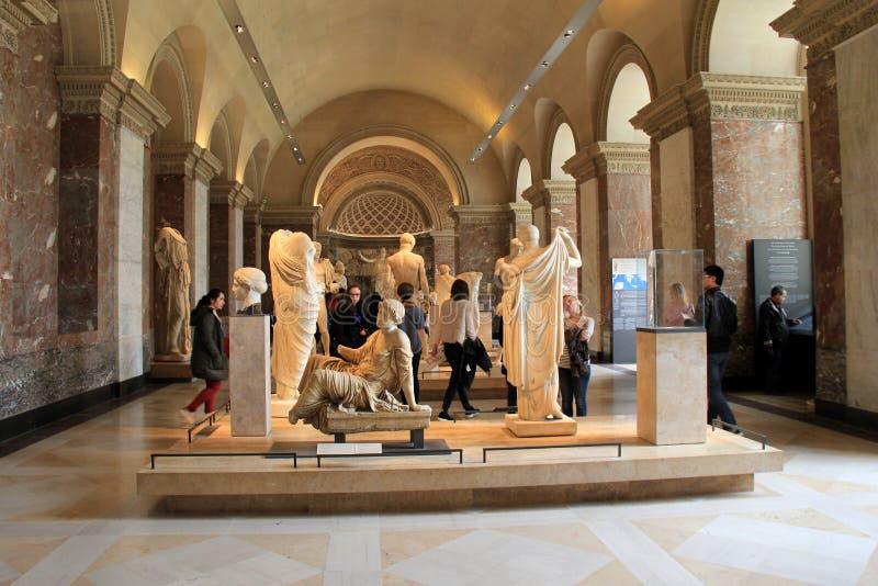 Muchedumbre de gente que vaga con vestíbulos, admirando obras maestras, el Louvre, París, Francia, 2016 fotografía de archivo libre de regalías