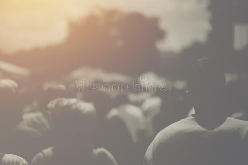 Muchedumbre de la calle, grupo de personas irreconocible de detrás foto de archivo libre de regalías