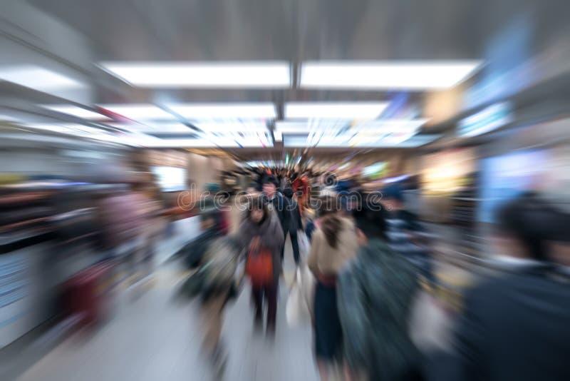 Muchedumbre de la falta de definición de movimiento del enfoque de pasajero japonés en el transporte subterráneo/del subterráneo, foto de archivo libre de regalías