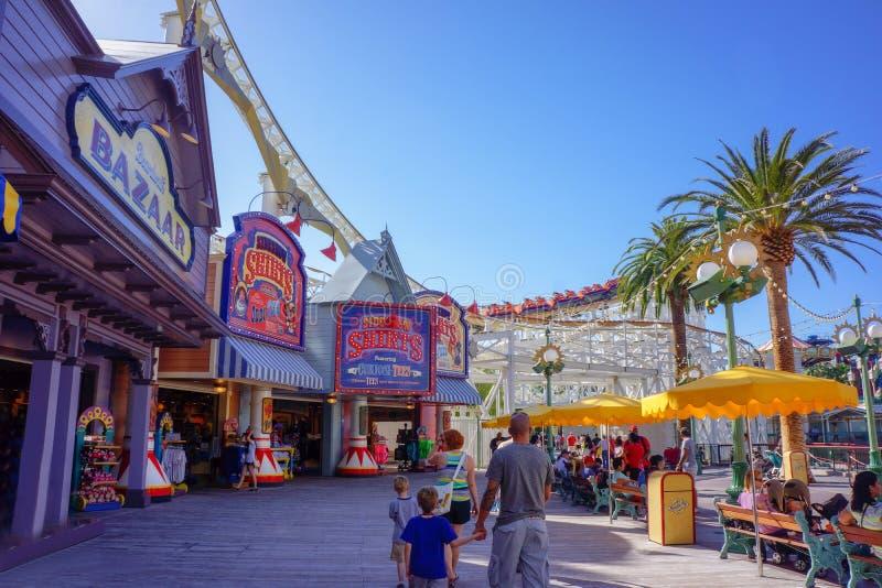 Muchedumbre de la familia del paseo marítimo de Disney de la aventura de California imagen de archivo