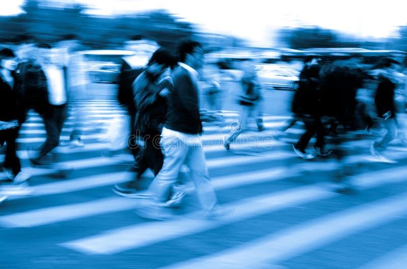 Muchedumbre de la gente en el paso de cebra fotos de archivo