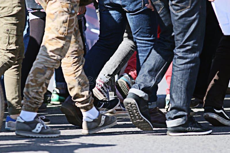Muchedumbre de la gente que camina detrás fondo borroso pie fotografía de archivo libre de regalías