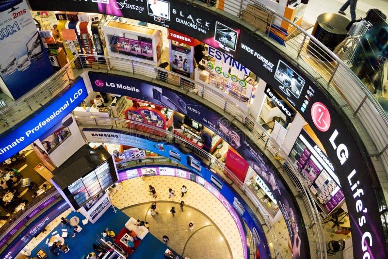 Muchedumbre de las compras de las TIC fotos de archivo