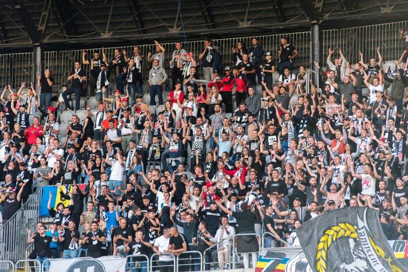Muchedumbre de los aficionados al fútbol, partidarios en la tribuna fotografía de archivo libre de regalías