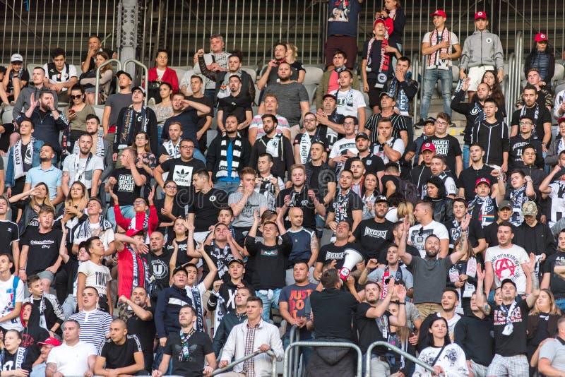 Muchedumbre de los aficionados al fútbol, partidarios en la tribuna imágenes de archivo libres de regalías