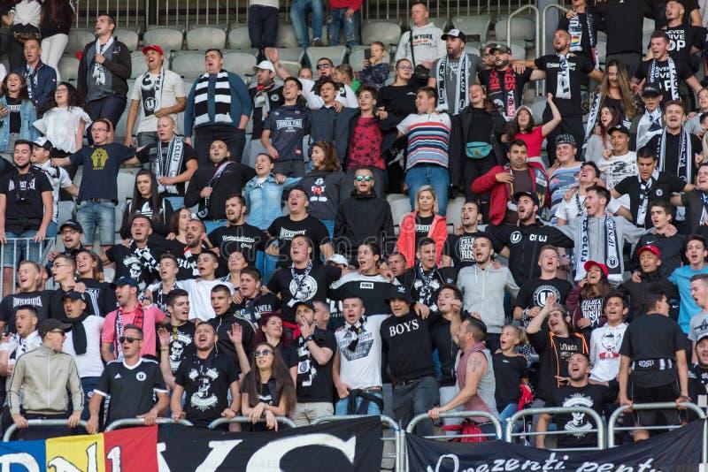 Muchedumbre de los aficionados al fútbol, partidarios en la tribuna imagen de archivo