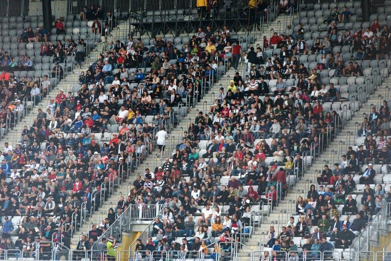 Muchedumbre de los aficionados al fútbol, partidarios en la tribuna fotografía de archivo
