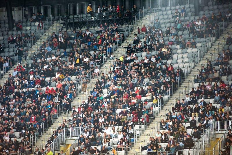 Muchedumbre de los aficionados al fútbol, partidarios en la tribuna imagenes de archivo