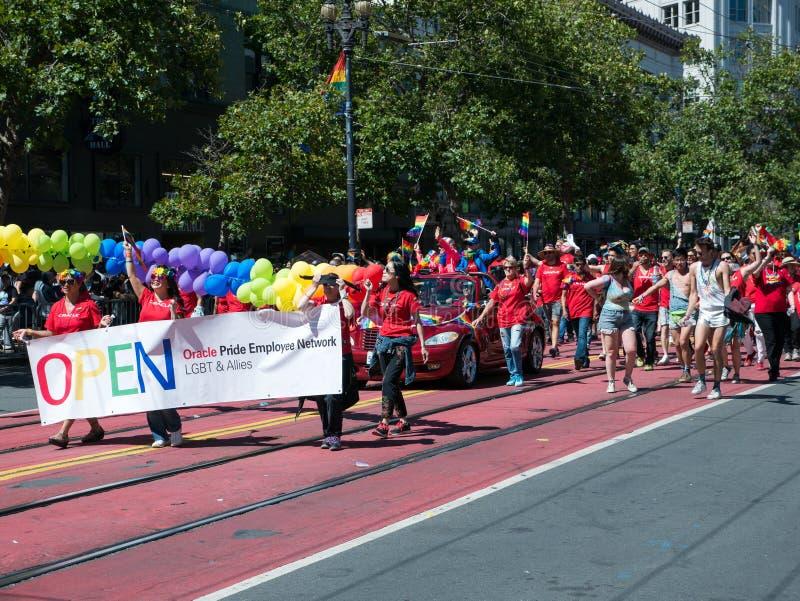Muchedumbre de manifestantes en el gay Pride Parade de 2017 SF imagen de archivo