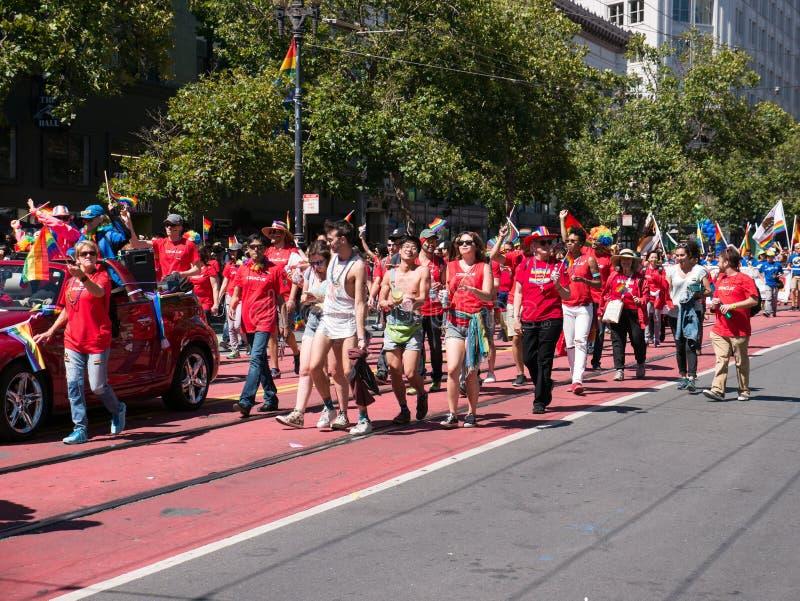 Muchedumbre de manifestantes en el gay Pride Parade de 2017 SF imágenes de archivo libres de regalías