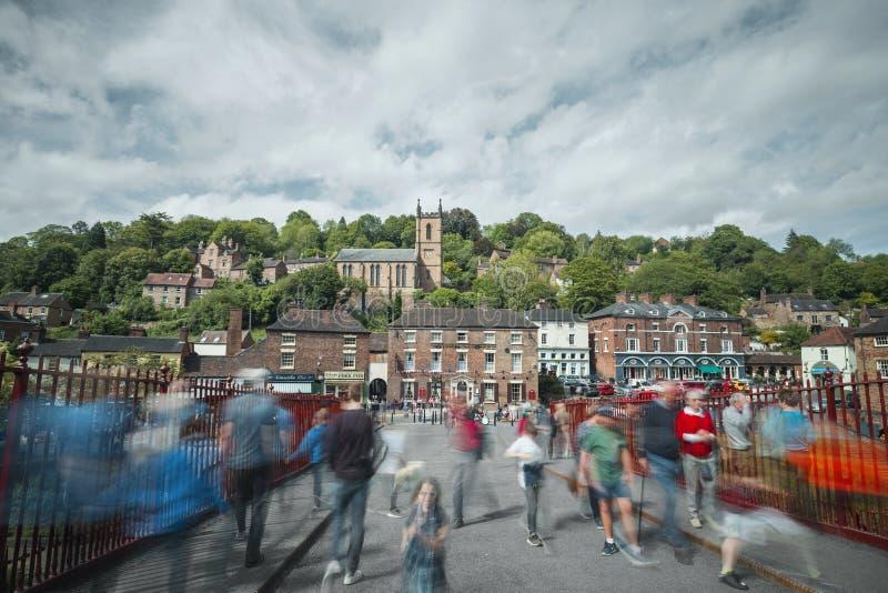 Muchedumbre de puente histórico que cruza turístico en Ironbridge imagenes de archivo