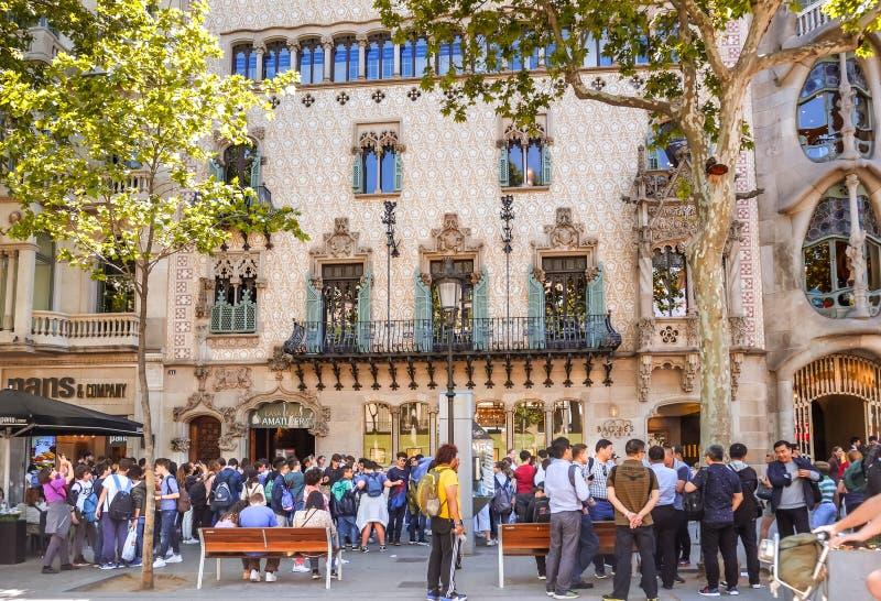 Muchedumbre de turistas delante de la casa Amatller cerca de la casa Batllo imagenes de archivo