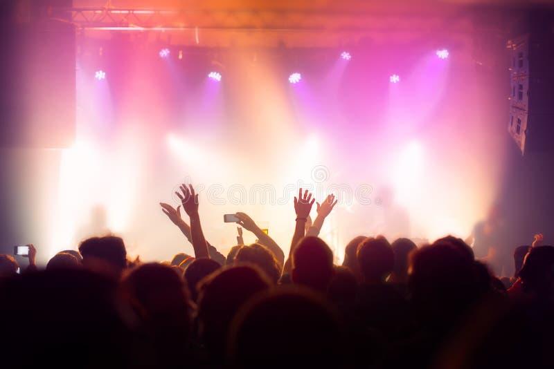 Muchedumbre del concierto de la música, gente que disfruta de funcionamiento vivo de la roca foto de archivo