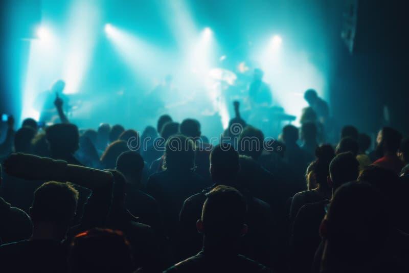 Muchedumbre del concierto de la música, gente que disfruta de funcionamiento vivo de la roca foto de archivo libre de regalías