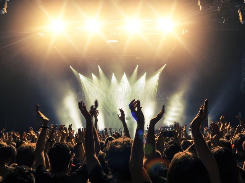 Muchedumbre del concierto delante de luces de la etapa fotografía de archivo