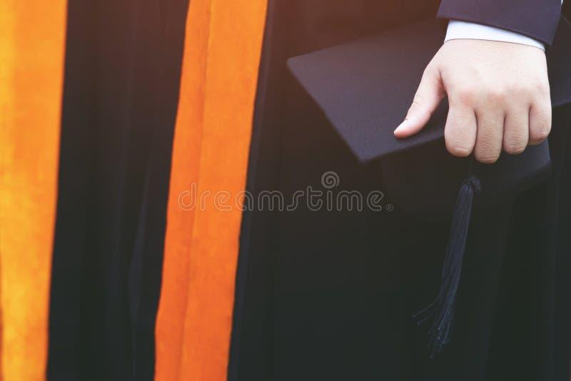 Muchedumbre del grupo de la parte trasera del tiro de sombreros de la graduaci?n durante graduados del ?xito del comienzo foto de archivo libre de regalías