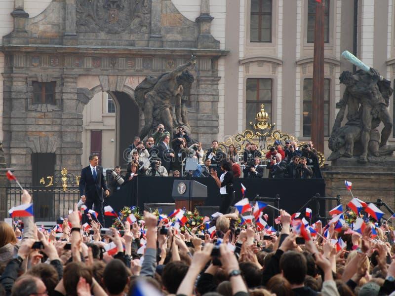 Muchedumbre del saludo de Barack Obama en Praga imagenes de archivo