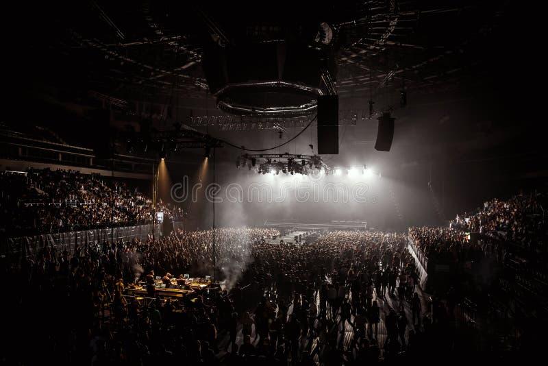 Muchedumbre en arena de la música foto de archivo libre de regalías