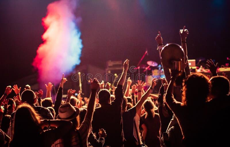 muchedumbre en el concierto - festival de música del verano fotografía de archivo