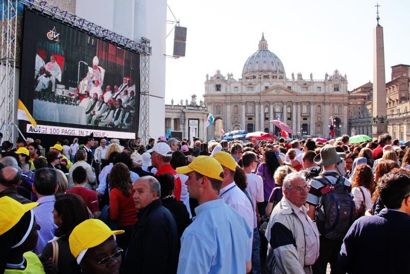 Muchedumbre en el cuadrado de San Pedro foto de archivo