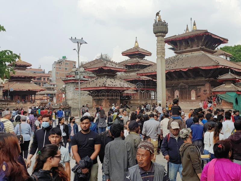 Muchedumbre en el cuadrado real de Durbar en la capital Katmandu de Nepal imagen de archivo