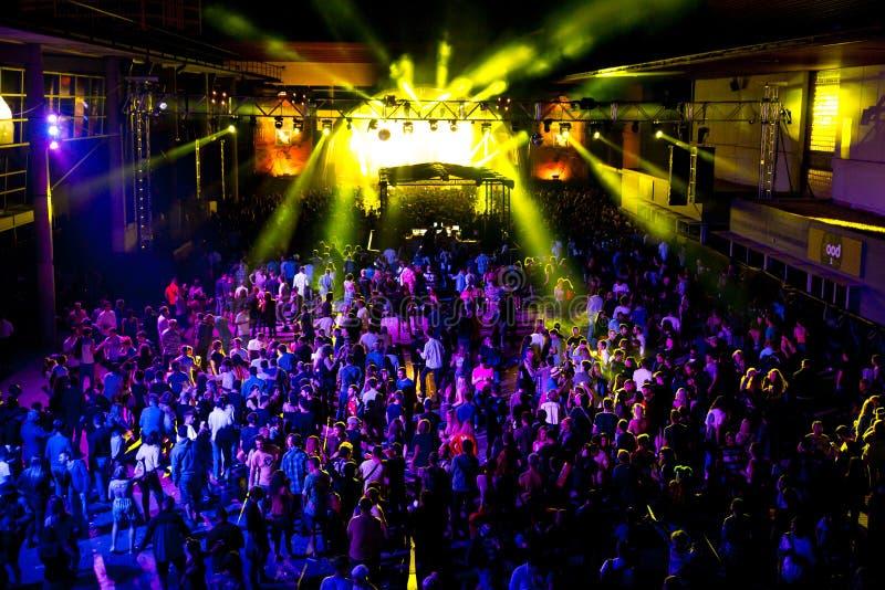 Muchedumbre en un concierto en el festival del sonar imagen de archivo