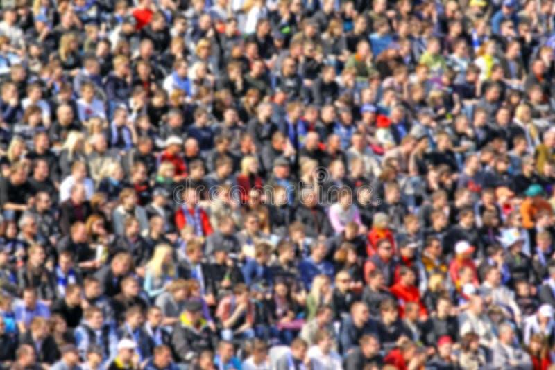 Muchedumbre enmascarada de espectadores en una tribuna del estadio fotografía de archivo