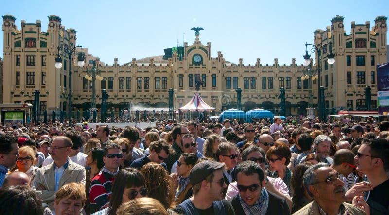 Muchedumbre enorme en el festival de Fallas, Valencia imagen de archivo
