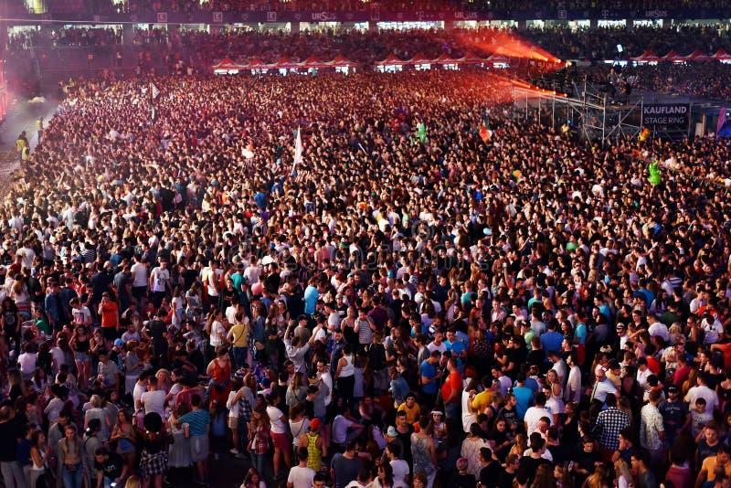 Muchedumbre grande de gente en un concierto en el frente de la etapa fotografía de archivo