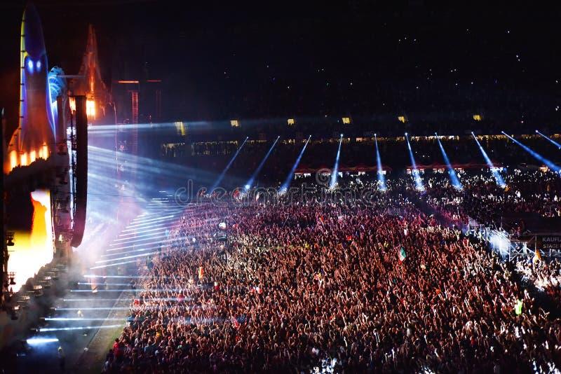 Muchedumbre grande de gente en un concierto en el frente de la etapa fotos de archivo libres de regalías