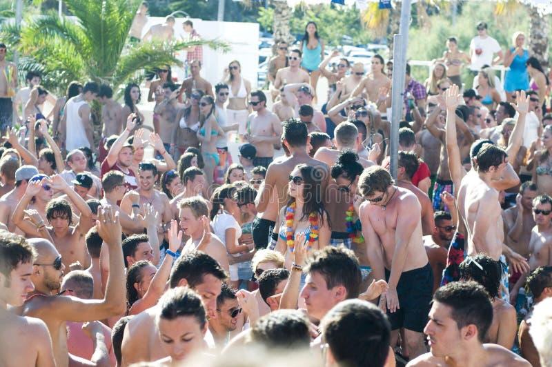 Muchedumbre grande de nadadores, día de verano caliente en la playa de Zrce, Novalja imagen de archivo libre de regalías