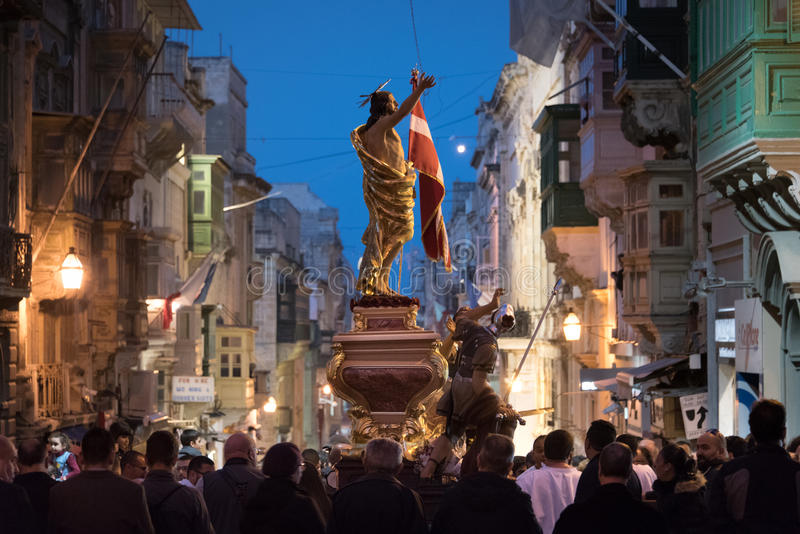 Muchedumbre grande en el desfile católico de Pascua en La Valeta, Malta imagenes de archivo