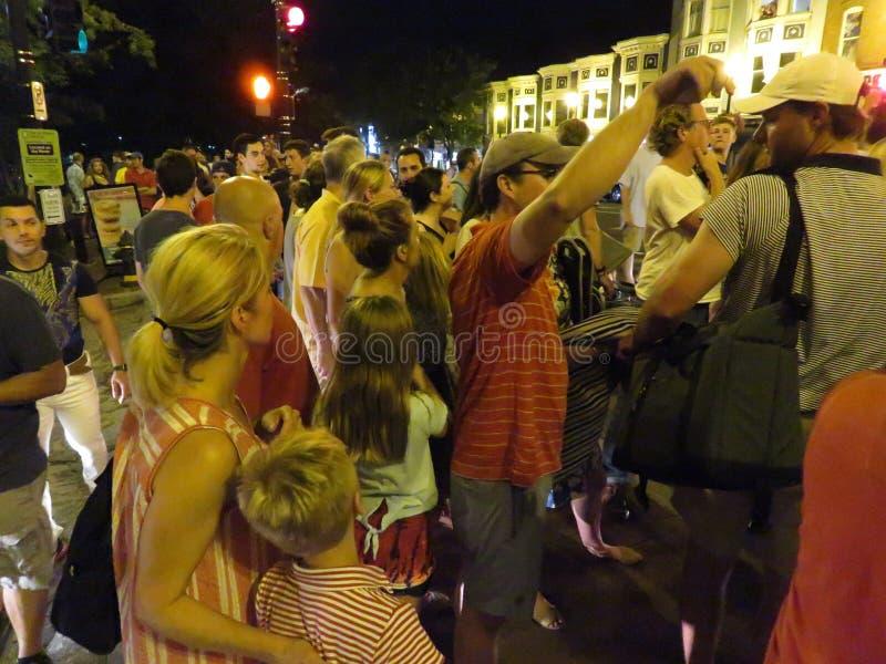 Muchedumbre grande en Georgetown después de los fuegos artificiales fotografía de archivo libre de regalías