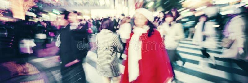 Muchedumbre grande que camina en un concepto de la calle de la cruz de la ciudad imágenes de archivo libres de regalías
