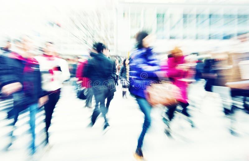 Muchedumbre grande que camina en una ciudad fotos de archivo