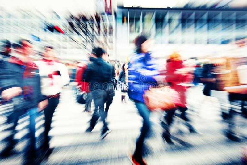 Muchedumbre grande que camina en una ciudad imagenes de archivo