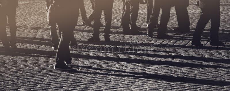 Muchedumbre, grupo de personas en la calle imagenes de archivo