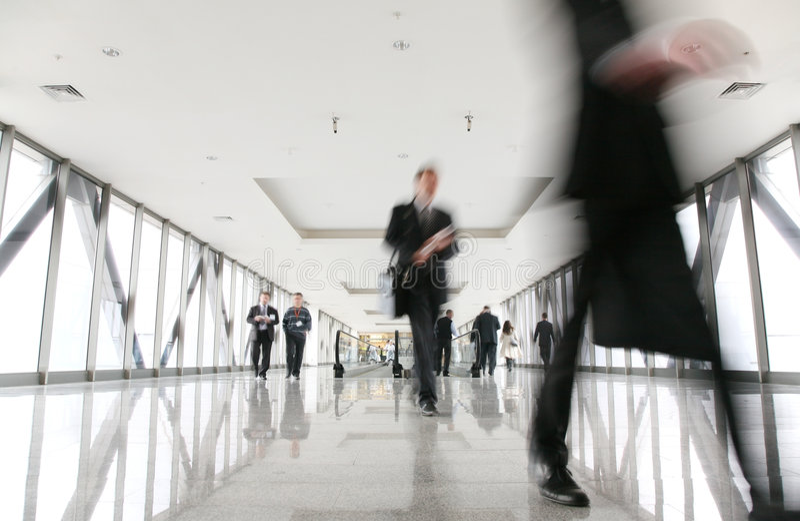 Muchedumbre móvil en pasillo fotografía de archivo libre de regalías