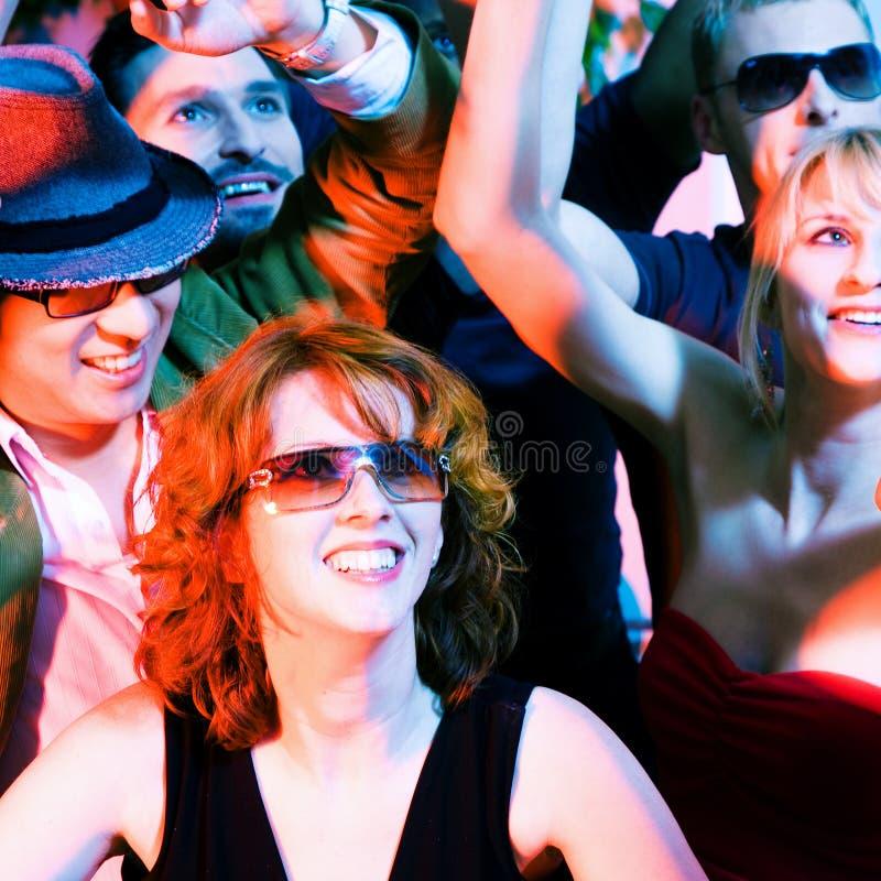 Muchedumbre que anima en club del disco imagen de archivo libre de regalías